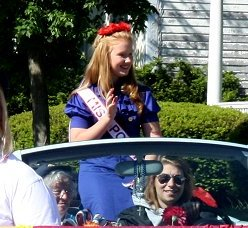 Miss Poppy - Allison Beckwith- waves to the crowd.